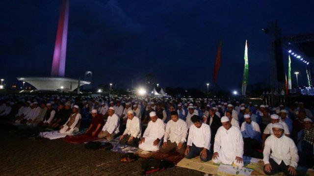 Jemaah Munajat 212 melaksanakan Salat Magrib di Monas, Jakarta
