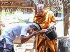 Foto Biksu Yang Membantu Seorang pria Berwudu