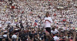 Capres nomor urut 01 Joko Widodo berpidato saat menghadiri Konser Putih Bersatu