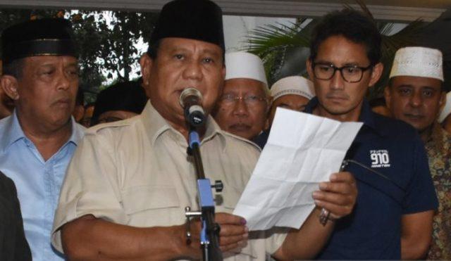 Capres nomor urut 02 Prabowo Subianto (tengah) bersama Cawapres Sandiaga Uno