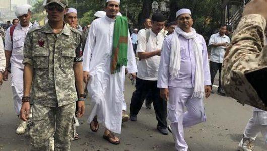 Sejumlah massa beratribut FPI mendatangi kawasan MK saat sidang perdana sengketa pilpres di MK, Jumat (14/6). (CNN Indonesia/Ramadhan Rizki Saputra)