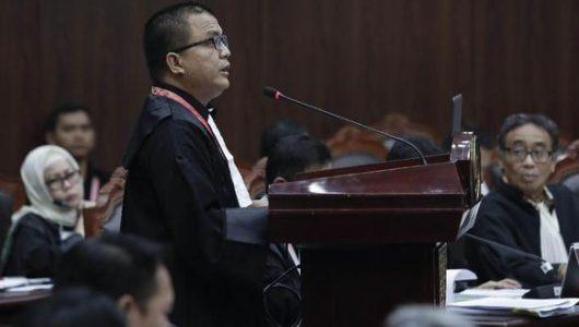 Anggota tim hukum Prabowo-Sandi, Denny Indrayana dalam sidang pendahuluan PHPU Pilpres 2019 di MK. (CNN Indonesia/Safir Makki).