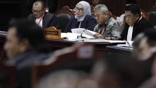 Kuasa hukum KPU, Ali Nurdin (kiri) saat di sidang perdana sengketa Pilpres 2019 di Gedung Mahkamah Konstitusi, Jakarta Pusat, 14 Juni 2019. (CNN Indonesia/Safir Makki)